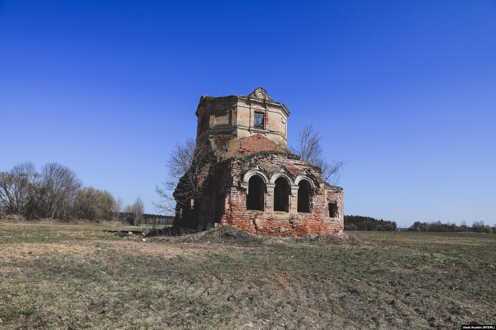 Остатки церкви в Слиж