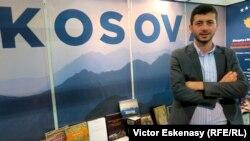 Edon Zeneli la standul Kosovo de la Tîrgul de Carte de la Frankfurt