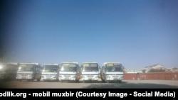 Автобуси готуються когось кудись перевозити, Самарканд, 2 вересня 2016 року