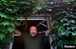 Ай Вэйвэй в дверях своей студии в Пекине