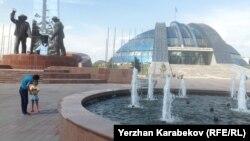 Памятник металлургам, стоящий у Историко-культурного центра Первого президента в городе Темиртау. 5 июня 2015 года.