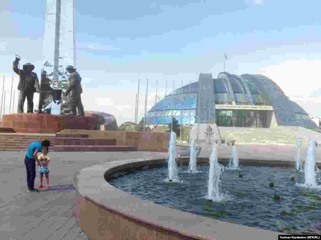 Теміртаудағы Тұңғыш президенттің тарихи-мәдени орталығы алдында тұрған металлургтер ескерткіші. 5 маусым 2015 жыл.