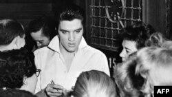 АКШ -- Элвис Пресли күйөрмандарынын курчоосунда. Голливуд,1958.