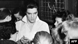 АКШ -- Элвис Пресли күйөрмандарынын курчоосунда. Голливуд, 1958-жыл.