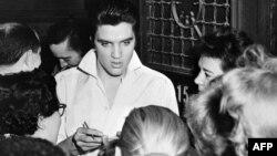 Elvis Presley okružen obožavaocima nakon koncerta, Hollywood, 1958.