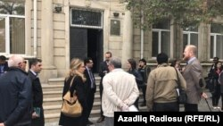 Бакудің Сабай аудандық сот алдында тұрған адамдар. Әзербайжан, 12 мамыр 2017 жыл.