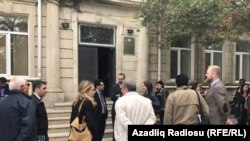 Перед зданием суда, который закрыл сайт Радио Азадлыг (Баку, 12 мая 2017 г.)