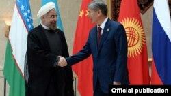 Иран президенти Хасан Роухани жана кыргыз президенти Алмазбек Атамбаев. Бишкек, 2013-жыл.