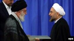 Аятолла Әли Хаменеи (сол жақта) мен Хассан Роухани. Тегеран, 3 тамыз 2013 жыл.