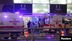 Карети швидкої допомоги біля аеропорту Стамбула після теракту. 28 червня 2016 року