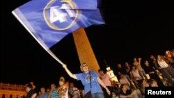 """Оппозициялық коалиция жақтастары сайлауда """"жеңіске жеткендерін"""" тойлап жатыр. Тбилиси, 1 қазан 2012 жыл."""