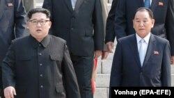 کیم یانگچال در این تصویر در کنار رهبر کره شمالی (راست) دیده میشود