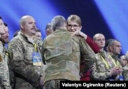 Посеред своєї промови Юлія Тимошенко запросила на сцену кілька десятків колишніх бійців АТО