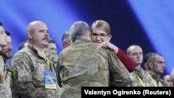 Колишні військові вітаються з Юлею Тимошенко