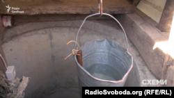 Щоб витягти з криниці воду, доводиться опускати відро по кілька разів