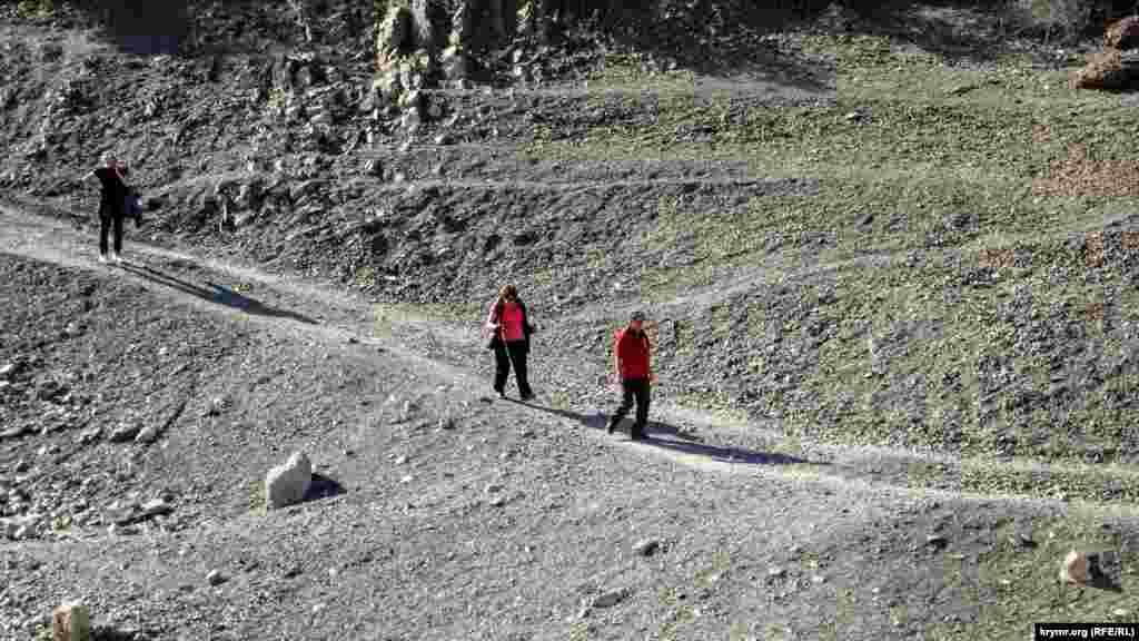 Туристи на прогулянці в Зеленогір'ї