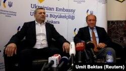 Ахтем Чийгоз (слева) и Ильми Умеров на пресс-конференции в Анкаре, Турция, 26 октября 2017 года