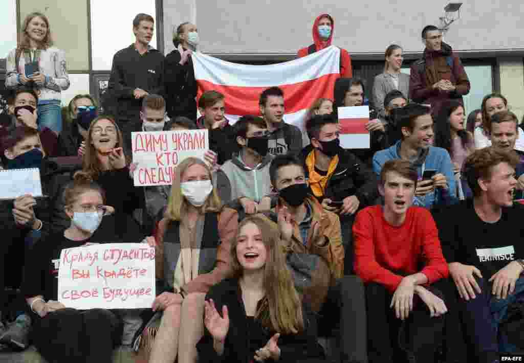 Плакат має написи з обох боків, які є зверненням до Олександра Лукашенка. З одного боку написано – «Діму викрали, хто наступний?», а з іншого – «Викрадаючи студентів, ти крадеш своє майбутнє»