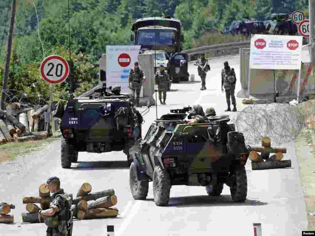 Francuski vojnici KFOR-a kontroliraju granični prijelaz Brnjak, 03.08.2011. Foto: Reuters