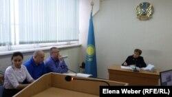 Журналист Олег Гусев на скамейке (в центре) на рассмотрении иска к нему компании «АрселорМиттал Темиртау» (АМТ). Темиртау, 18 октября 2018 года.