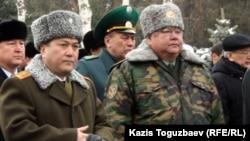 Шекара қызметі академиясының бұрынғы басшысы, генерал-майор Талғат Есетов (сол жақта). Алматы, 3 қаңтар 2013 жыл.