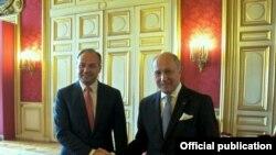 Ministri i jashtëm i Francës Laurent Fabius dhe Ministri i jashtëm i Kosovës, Enver Hoxhaj, gjatë takimit të tyre në Paris