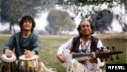 استاد آشیش خان (راست) در کنار ذاکر حسین، (عکس روی جلد آلبوم تارهای طلایی سارود)