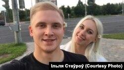 Ільля Стаўроў з Алінай, фота зь сямейнага архіву