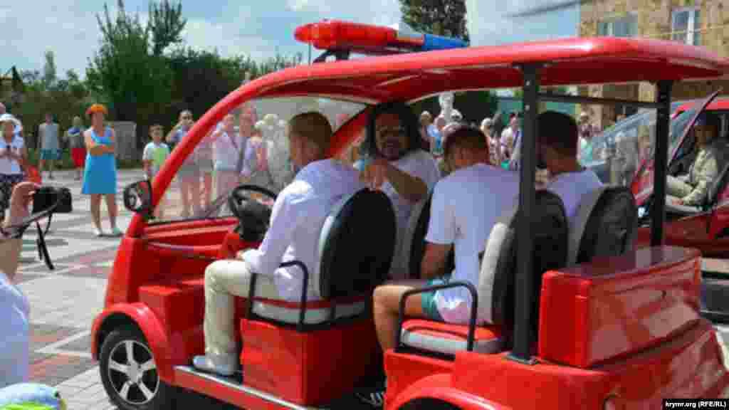 На электромобиле Олег Зубков повез Филиппа Киркорова на площадь у кафе «Белый лев»
