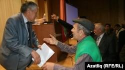 Галишан Нуриәхмәт (с) Чаллы делегаты Анурбәк Гобәйдуллин белән фикерләшә