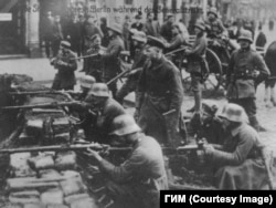 Март 1919 года – правительственные части на Франкфуртской аллее. Лишь в столице в столкновениях погибло свыше тысячи человек – во много раз больше, чем в ходе Октябрьского переворота в Петрограде. Фото из ГИМ