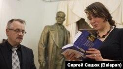 Віктар Шніп і пераможца конкурсу Марыя Мартысевіч