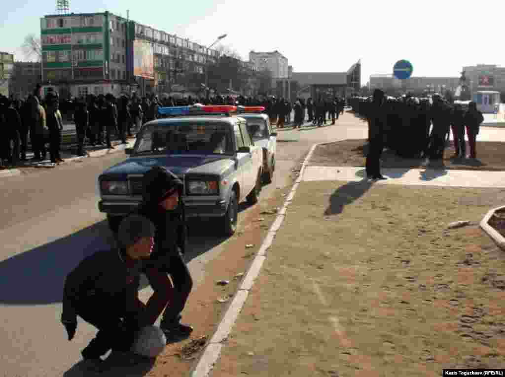 Дети на центральной площади Актау, 18 декабря.