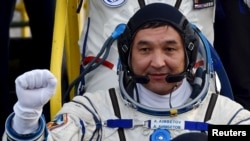 Казахстанский космонавт Айдын Аимбетов вступает на борт российского корабля «Союз ТМА-18М». Байконур, 2 сентября 2015 года.