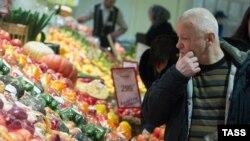 Мужчина в отделе плодоовощной продукции в супермаркете в Новосибирске. 1 февраля 2016 года.