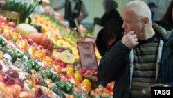 Рост цен на продукты замедлился в последние месяцы почти вдвое, на непродовольственные товары остается в полтора раза большим