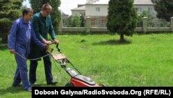 Юнаки-вихованці «Карітасу» охоче освоюють роботу на газонокосарці