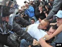 Belfastda millətçilərlə polisin qarşıdurması