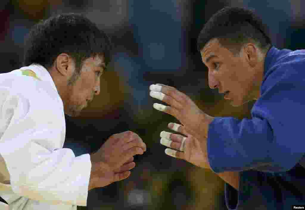 Єлдос Сметов (зліва) з Казахстану та Дійорбек Урозбоєв з Узбекистану під час змагань із дзюдо у ваговій категорії до 60 кілограмів, де Сметов став срібним призером Олімпіади в Ріо