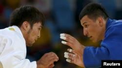Узбекский дзюдоист Диёрбек Урозбоев (справа) и спортсмен из Казахстана Елдос Сметов.