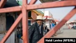 Ливия шекарасы маңындағы Бен Гардане базарының қақпасы жанында тұрған ер адам. 27 мамыр 2016 жыл.