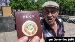 Чоловік у Луганську показує обкладинку паспорта з символікою СРСР, архівне фото