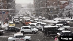 Armenia -- A heavy snowfall in Yerevan, 1Feb2011.
