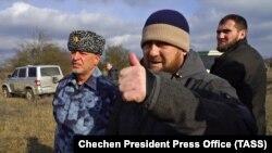 Глава Чечни Рамзан Кадыров (в центре) на месте т.н. спецоперации на окраине селения Катар-Юрт. 21 января 2021 года.