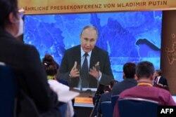 Владимир Путин выступает на ежегодной пресс-конференции