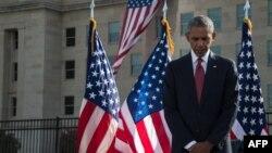 АҚШ президенті Барак Обама 2001 жылғы 11 қыркүйек шабуылы құрбандарын еске алып тұр. Вашингтон, 11 қыркүйек 2016 жыл.