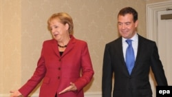 Президента Медведева и канцлера Меркель давно связывают добрые отношения.
