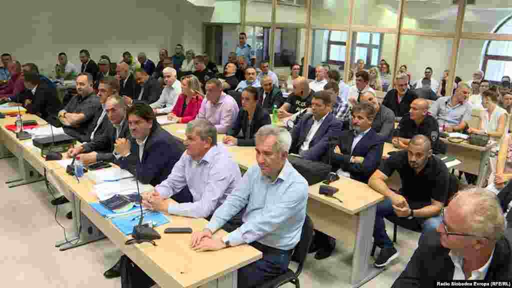 МАКЕДОНИЈА - Вклучен аларм ги одложи претпладневните рочишта во Кривичниот суд - Скопје, меѓу кои и за 27 април и за Монструм. Поради неможност да се исклучи алармот, прекинато беше и снабдувањето со струја во судот.