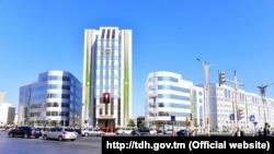 """Illýustrasiýa suraty. """"Rysgal"""" paýdarlar täjirçilik bankynyň binasy. Aşgabat."""