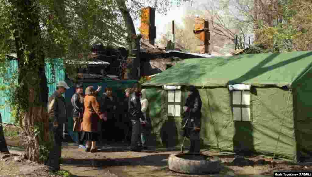 Общий вид со стороны улицы Осипенко в Турксибском районе Алматы на сгоревший дом и на одну из установленных палаток.